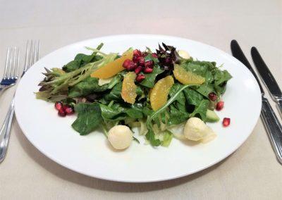 Листни зеленчуци с краставица, цитрусови филета и бито смилянско сирене